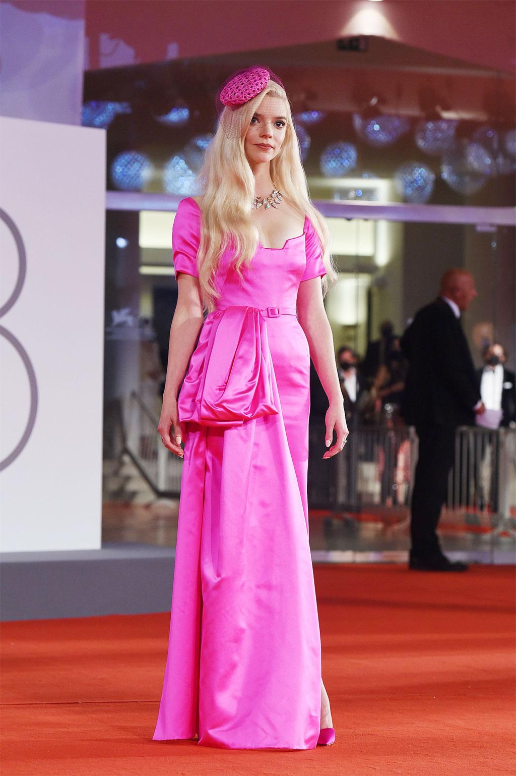 Anya Taylor-Joy, nàng búp bê sống trên thảm đỏ liên hoan phim Venice 2021