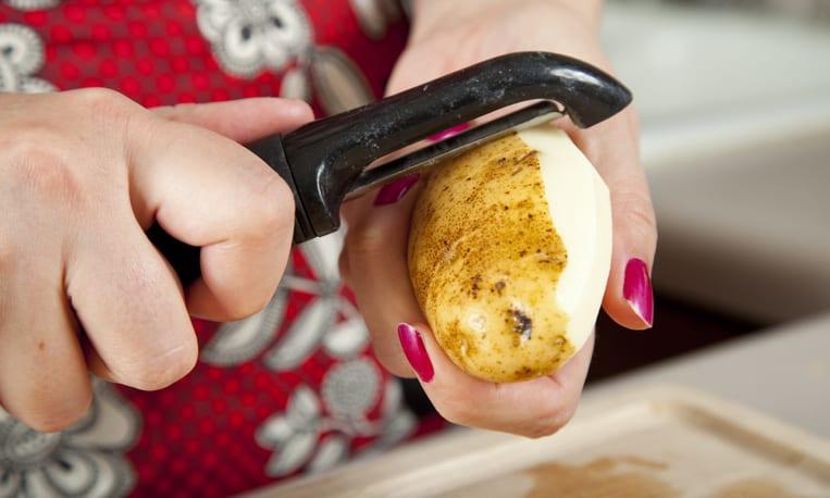 Dùng vỏ khoai tây trị tóc bạc