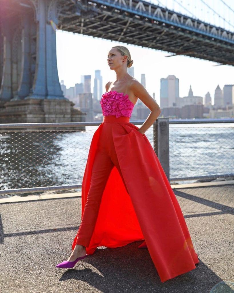 váy đỏ phối cùng áo hồng