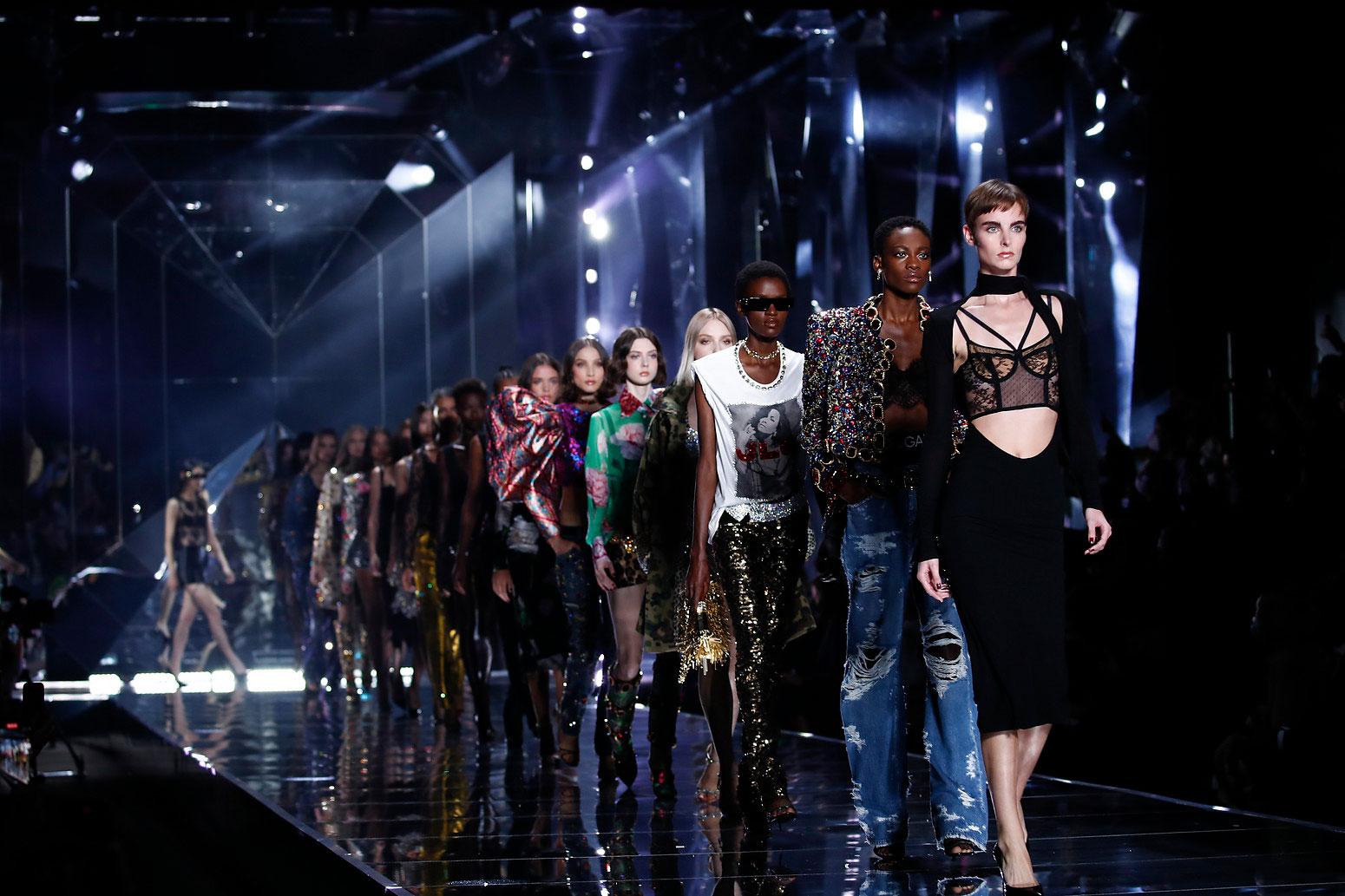 Dolce & Gabbana Xuân Hè 2022 tiếp tục lăng-xê phong cách Y2K 1