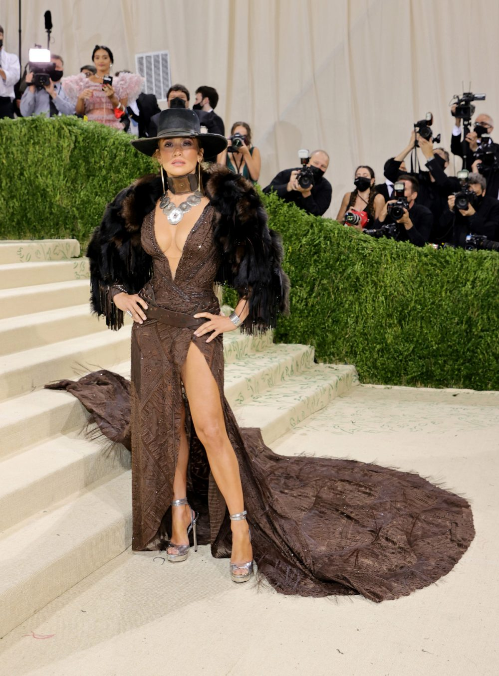 Jennifer Lopez hóa nữ cao bồi gợi cảm trên thảm hồng Met Gala 2021 1
