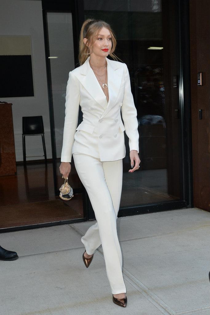 Gigi Hadid diện nguyên cây vest trắng