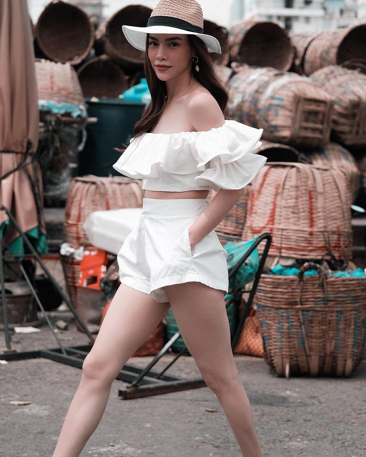 Cách phối đồ với quần short trắng của Hà Hồ
