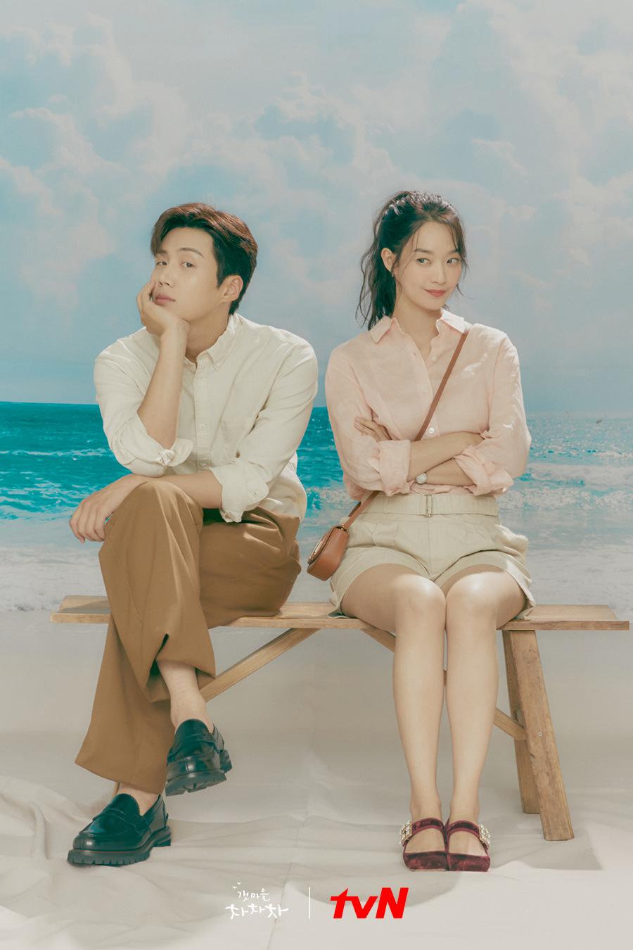 Shin Min Ah và Kim Seon Ho trong phim Điệu cha cha cha làng biển