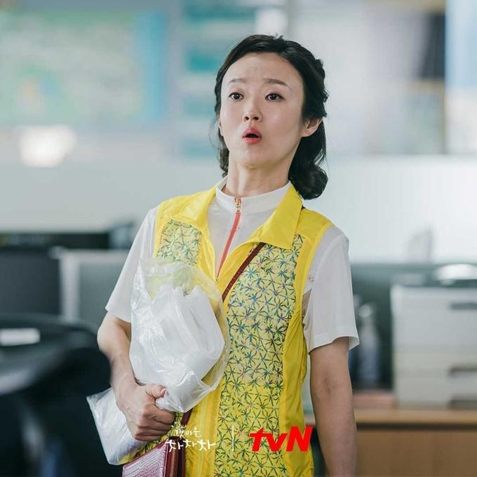 Hwa Jeong (Lee Bong Ryun đóng) trong phim Điệu cha cha cha làng biển