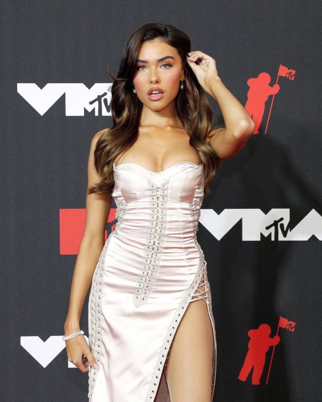 Madison Beer mặc lại đầm của Beyoncé trên thảm đỏ VMA 2021 4