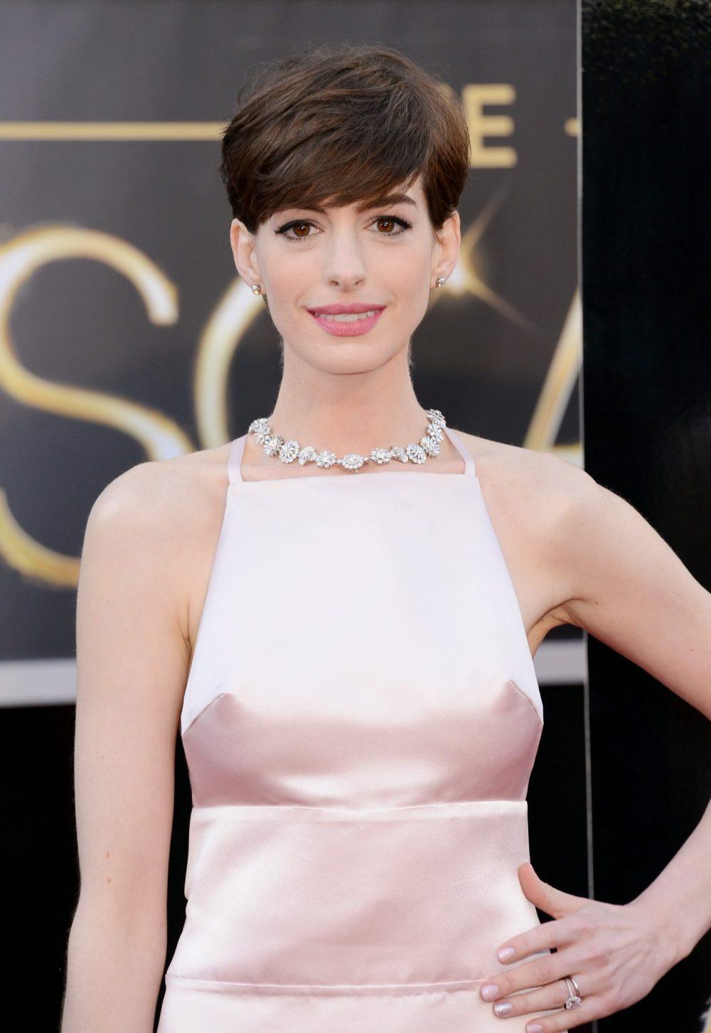 Anne Hathaway cắt tóc pixie